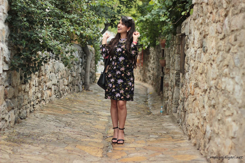 mor-cicekli-siyah-elbise
