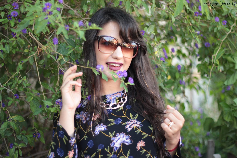 0914ffd1a4665 Tabii elbiseme uygun mor çiçekli sokakla karşılaşınca da sadece bir iki  fotoğraf çekeceğimi düşünmediniz değil mi?